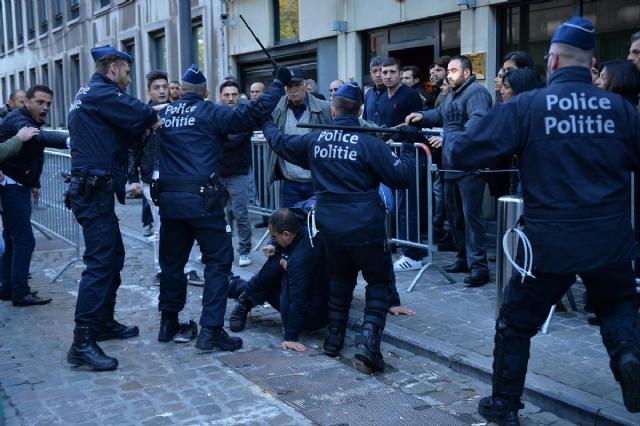 bruksel-de-saldiriyi-protesto-edenler-ile-oy-7767339_300_m.jpg
