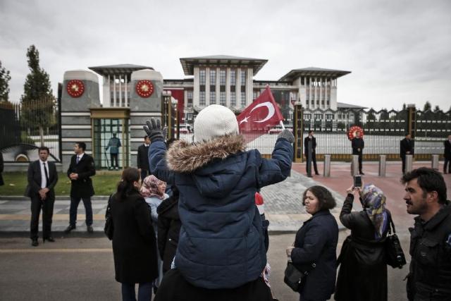 erdogan-saray-balkonundan-halki-selamladi-7826985_577_m.jpg
