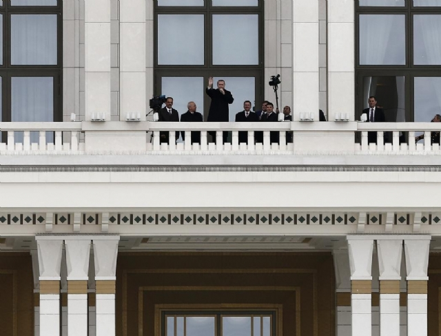 erdogan-saray-balkonundan-halki-selamladi-7826985_7850_m.jpg