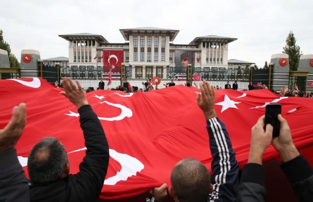 erdogan-saray-balkonundan-halki-selamladi-7826985_998_m.jpg