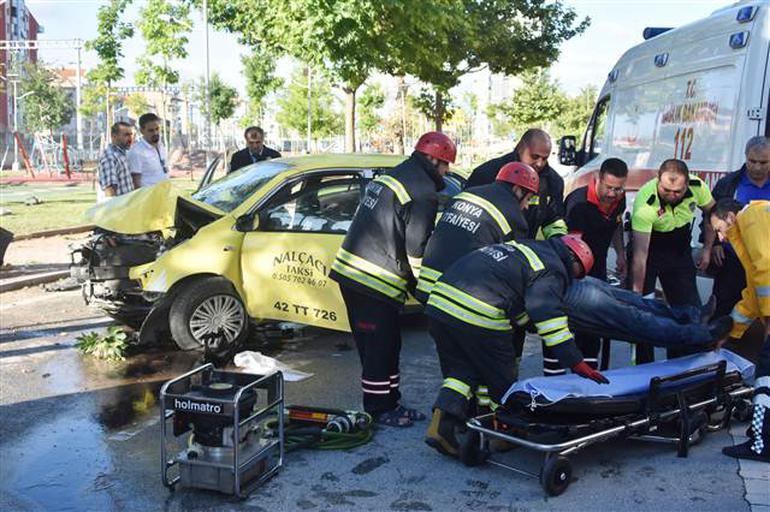 Konya'da taksi ağaca çarptı! 2 ağır yaralı